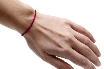 Защитные нити на руке: как выбрать цвет и правильно завязать браслет-оберег