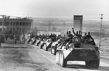 Почему советские солдаты ездили на танках и БТР сидя на броне?