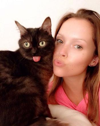 Мистер Магу – просто очаровательный кот, у которого постоянно высунут язык