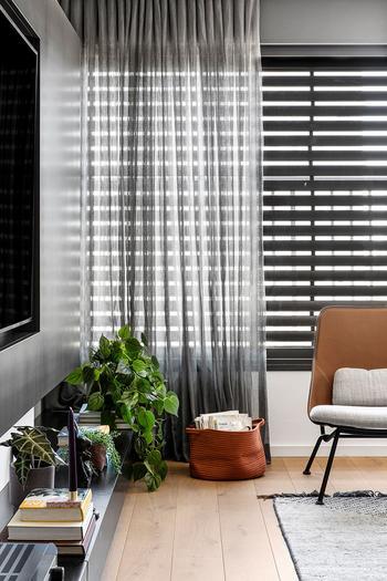 Чёрно-белая квартира с тёплыми акцентами в Тель-Авиве