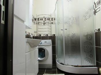 Ванная: бело-коричневая комната