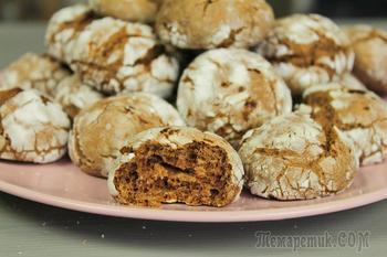 Шоколадное печенье с трещинами.