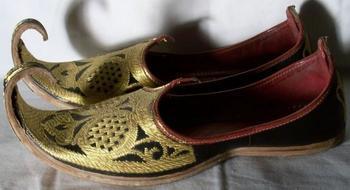 Почему на Востоке носили обувь с загнутыми носками?