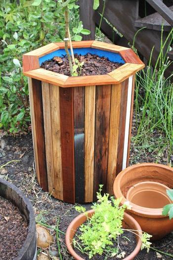 Недорогой и удобный горшок для растений из старой бочки