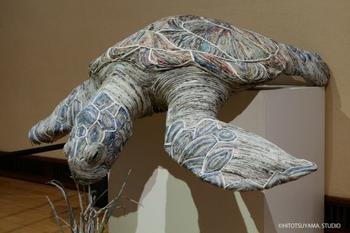 Японская художница Чие Хитоцуяма делает скульптуры животных из газет