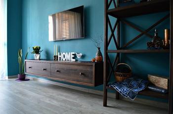 Гостиная: хендмейд-мебель, гипсовая лепнина на потолке и предметы старины
