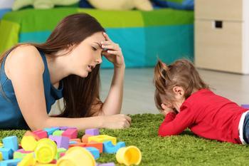 Почему ребенок ноет и чем помочь малышу