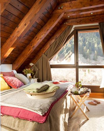 Спальни в деревянных домах, из которых не захочется выбираться