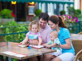 Ребенок и ресторан - совместимы: как пообедать и не сойти с ума