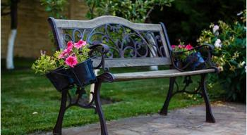 Скамейки в саду