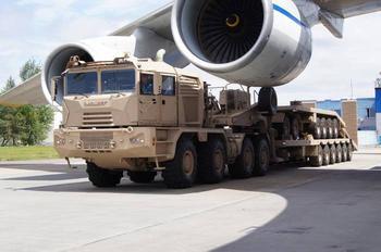 Огромный супертягач из Беларуси для нефтяных компаний, который перевезет 200 тонн груза, играючи