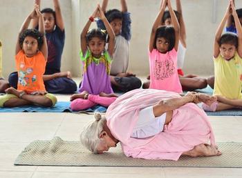 Тренируйся, как бабушка: 98-летняя женщина является самым старым инструктором йоги в Индии