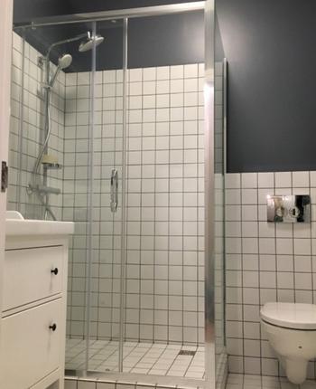 Ванная комната с проблемным ремонтом