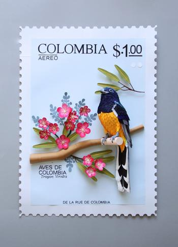 Скульптуры бумажных птиц, объединенных международными марками