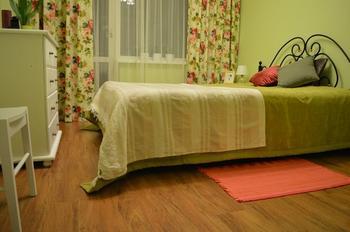 Спальня: зеленые оттенки и самодельные шторы