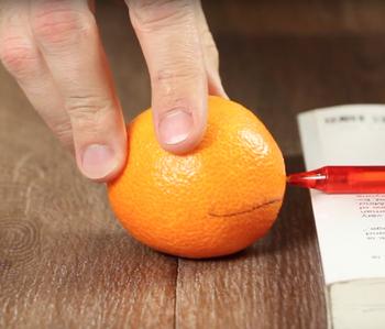 Превратите кожуру мандарина в декоративный фонарь