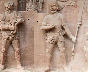 Археологи не могут понять, что держит в руках древняя китайская статуя