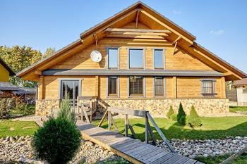 Архитектор построила дом под Минском для своей семьи: дерево, камень, вода
