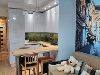 """Кухня: 10 """"квадратов"""" с зоной отдыха, светильник из чайника и балки на потолке"""