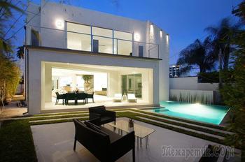 Белый особняк в спальном районе Лос-Анджелеса