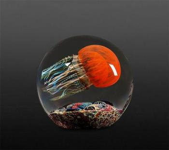 Стеклянные скульптуры медуз от стеклодува Ричарда Сатава