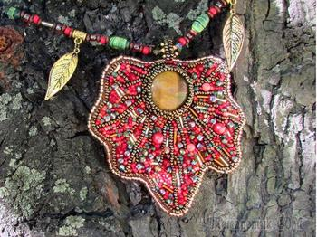 Кулон «Кленовый лист» из бисера и натуральных камней