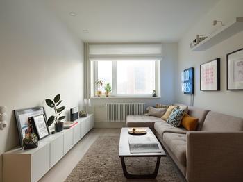 Светлая двухкомнатная квартира с мебелью в стиле mid-century