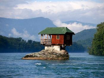 9 домов в разных уголках планеты, построенных в немыслимых местах