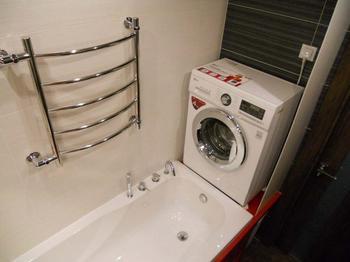 Ванная: стиральную машину поставили выше ванны, освободив место для корзины с бельем