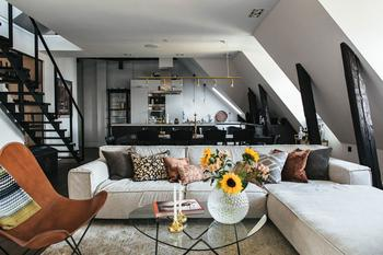 Шведская квартира с черно-белым декором на последнем этаже