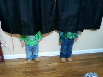 Забавные фото детишек и зверушек, которые не научились играть в прятки