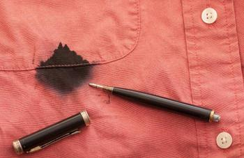 Потекла шариковая ручка? Отстирываем в домашних условиях