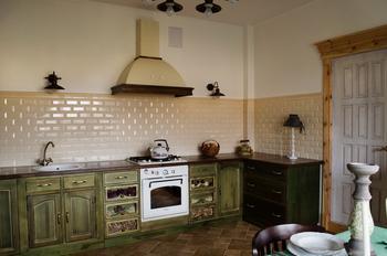 Кухня: со старинным буфетом, столом 40-х годов, картиной, нарисованной на солдатской простыне