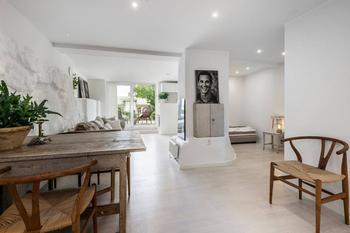 Белоснежная шведская студия в 38 м² с террасой