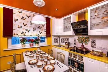 Дизайн белой кухни 10 кв.м с желтыми стенами и столешницей