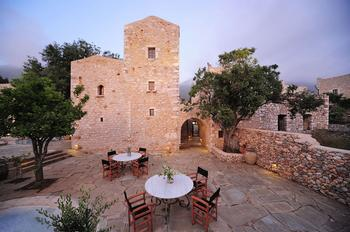 Уют среди каменных стен в Греции