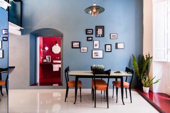 Квартира с красной ванной комнатой на Сардинии