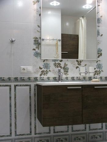 Моя ванная: нежные цветочки, брутальные шкафы