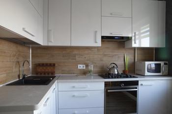 Кухня: имитация кирпича и бетона на стенах, дубового паркета - на полу