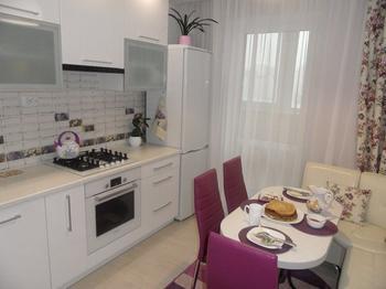 Кухня: белый глянец плюс фиолетовые акценты