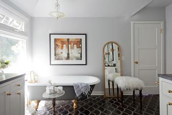 Стильная ванная с картиной и гламурными деталями