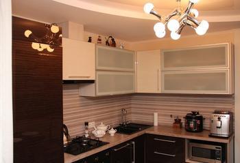Кухня: с витражом и люстрой-молекулой