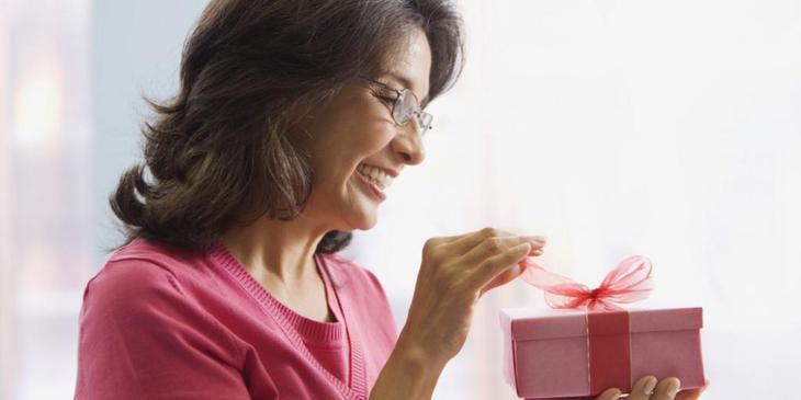 Нужно ли женщине дарить подарки