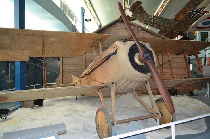Гордость экспозиции – истребитель SPAD S.VIIC1, на котором летал и сбивал «бошей» Жорж Гинемер – ас №2 французской авиации. Самолет слегка ветхий, но это можно понять – фанерно-полотняной машине исполнился уже почти век. SPAD S.VII – один из самых совершенных и самых красивых истребителей периода I мировой войны, весьма достойный противник для любых «Альбатросов» и «Фоккеров»