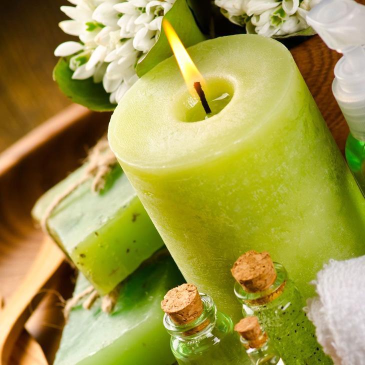 Используя в изготовлении эфирное масло лайма - окрасьте свечу в салатовый цвет