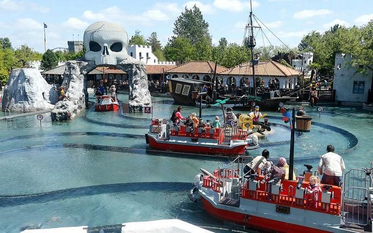 Катание на пиратском корабле пиратов в датском Леголенде