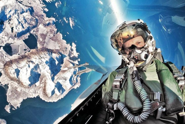 Danish F 16 pilot takes selfie Люси в небе с алмазами: селфи пилотов самолетов