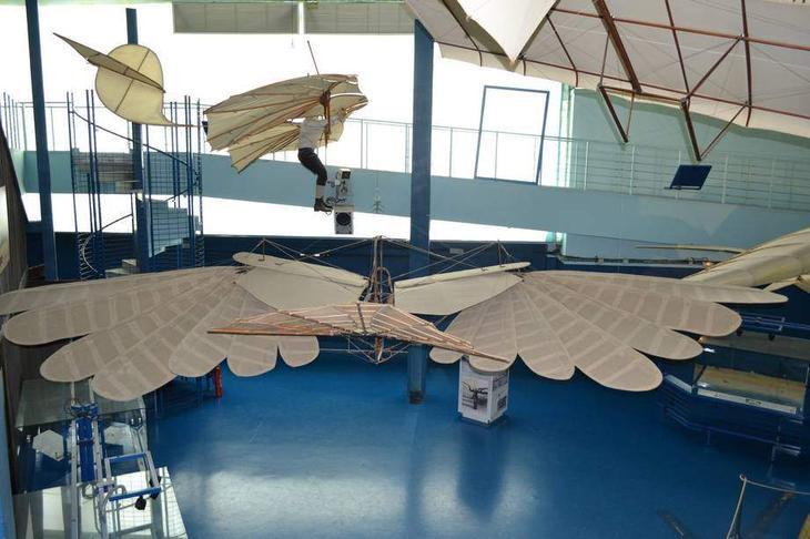 Балансирный планер немца Отто Лилиенталя, который успешно летал. Балансирный планер не имел рулевых поверхностей, а управлялся смещением тела пилота. Он как бы балансировал на нем. Этот планер был построен в 1894 году