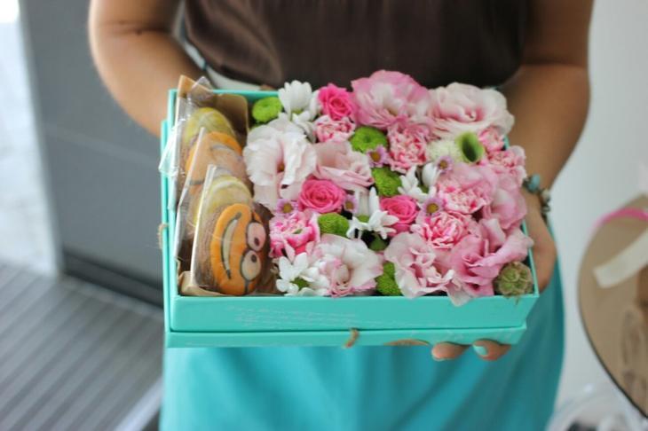 Коробка с цветами и пряниками