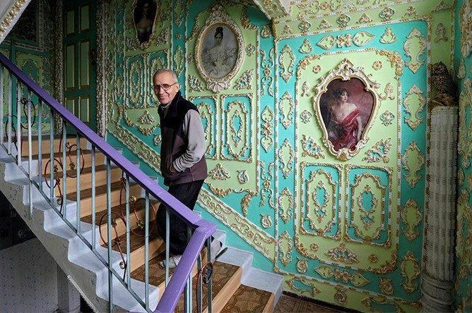Как пенсионер украсил подъезд в стиле Барокко